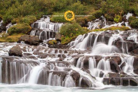 Hraunfossar est une cascade de la rivière Hvítá Islande