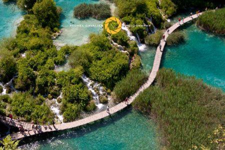 Ecotouristes sur passerelle en bois Parc National de Plitvice Croatie